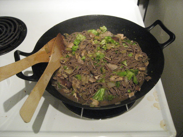 Soba noodles, broccoli and shitake mushrooms