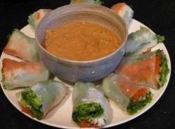 Fresh rolls with peanut sauce
